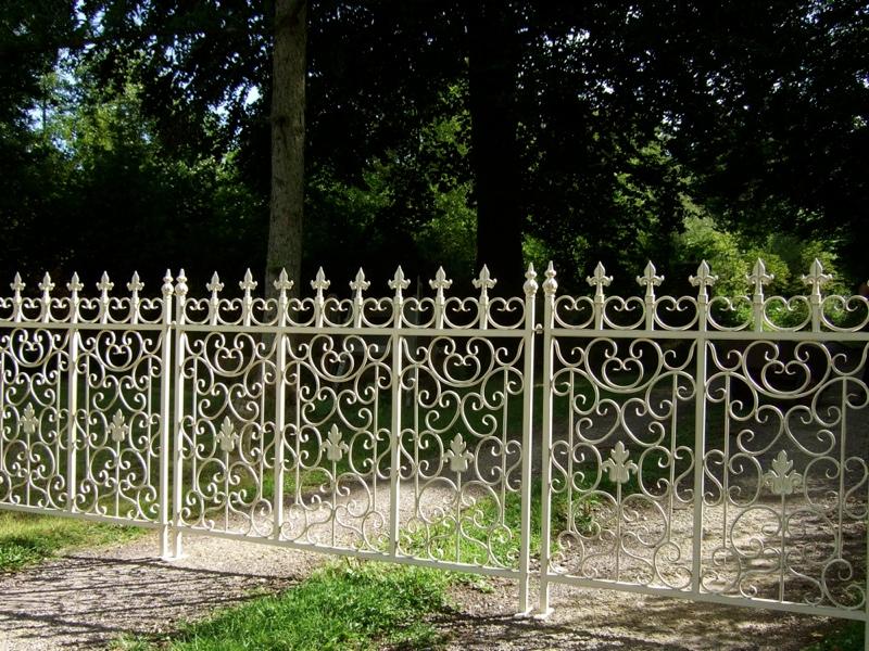 Gartenzaun zaun aus schmiedeeisen mediterraner garten for Mediterraner gartenzaun